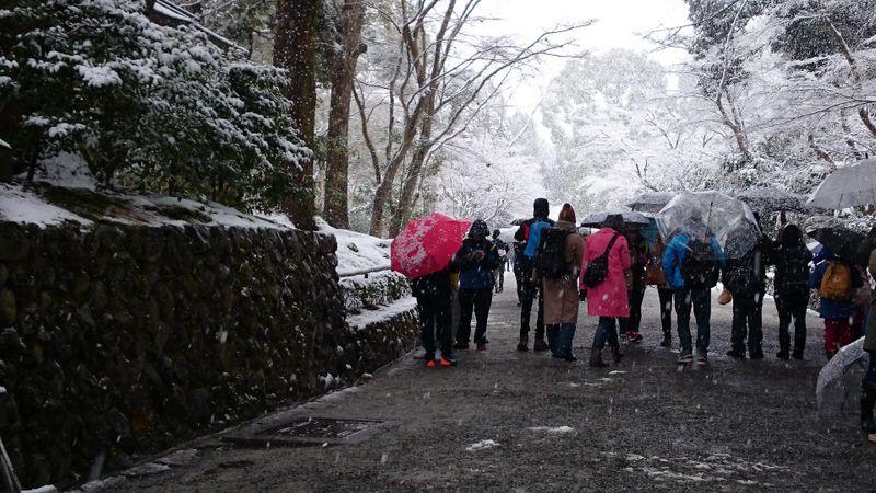 京都府京都市、世界遺産 鹿苑寺(金閣寺) 雪降る日も観光客は多い