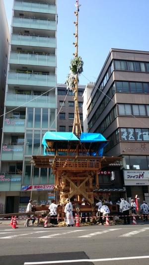 祇園祭(ぎおんまつり)の準備中(京都市内、四条通)