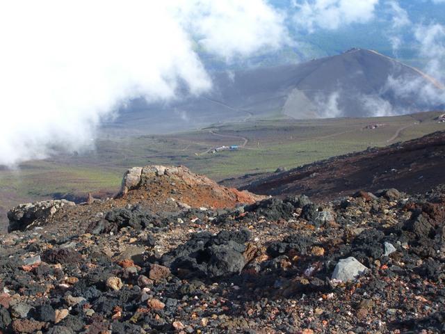 富士山から下界を眺める。 雲の切れ目