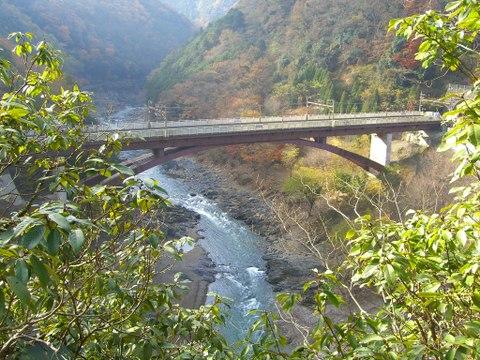 京都市嵐山・桂川上流に架かるJR嵯峨野線(山陰本線)保津峡駅